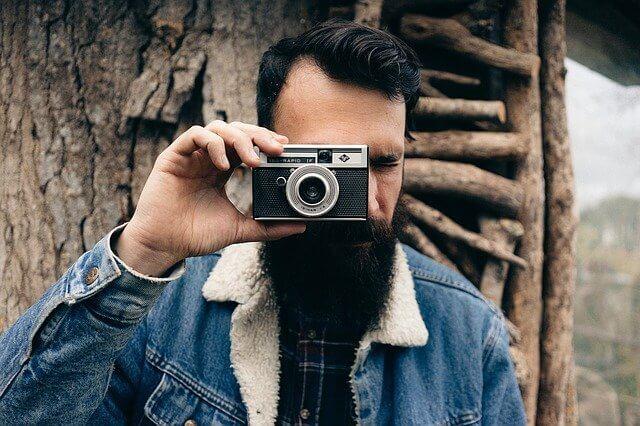 カメラを構える男性