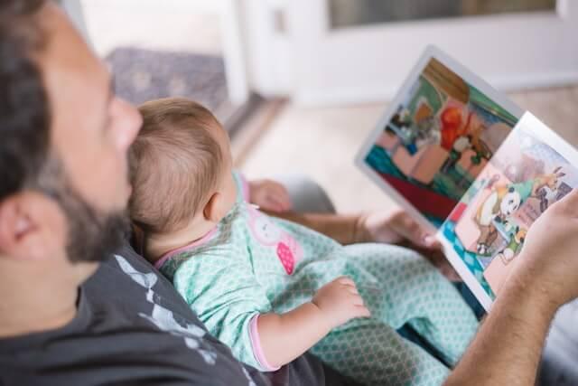 赤ちゃんに本を読む父