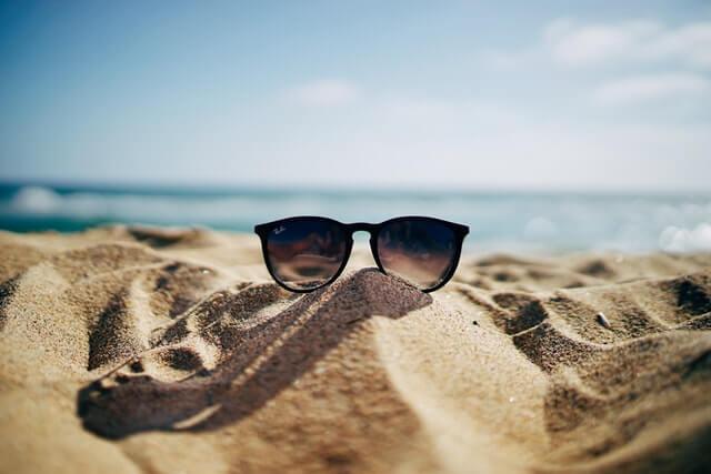 砂浜にサングラス